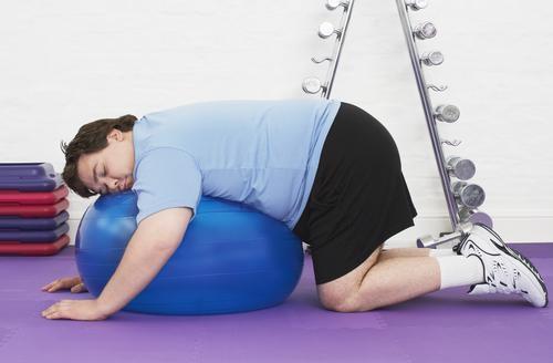 Pigrizia, uomo su fitball blu diadora